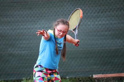 Madlenka je třináctiletá puberťačka, kromě toho ale skvěle a závodně lyžuje, hraje tenis a dělá atletiku.